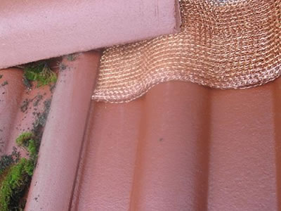 A knitted copper cleaning mesh is placed on the roof.